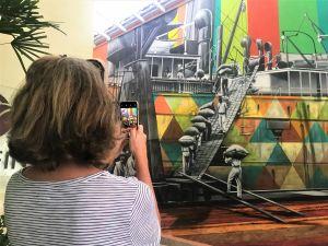 Mural de Eduardo Kobra retratando a exportação de café no porto de Santos.